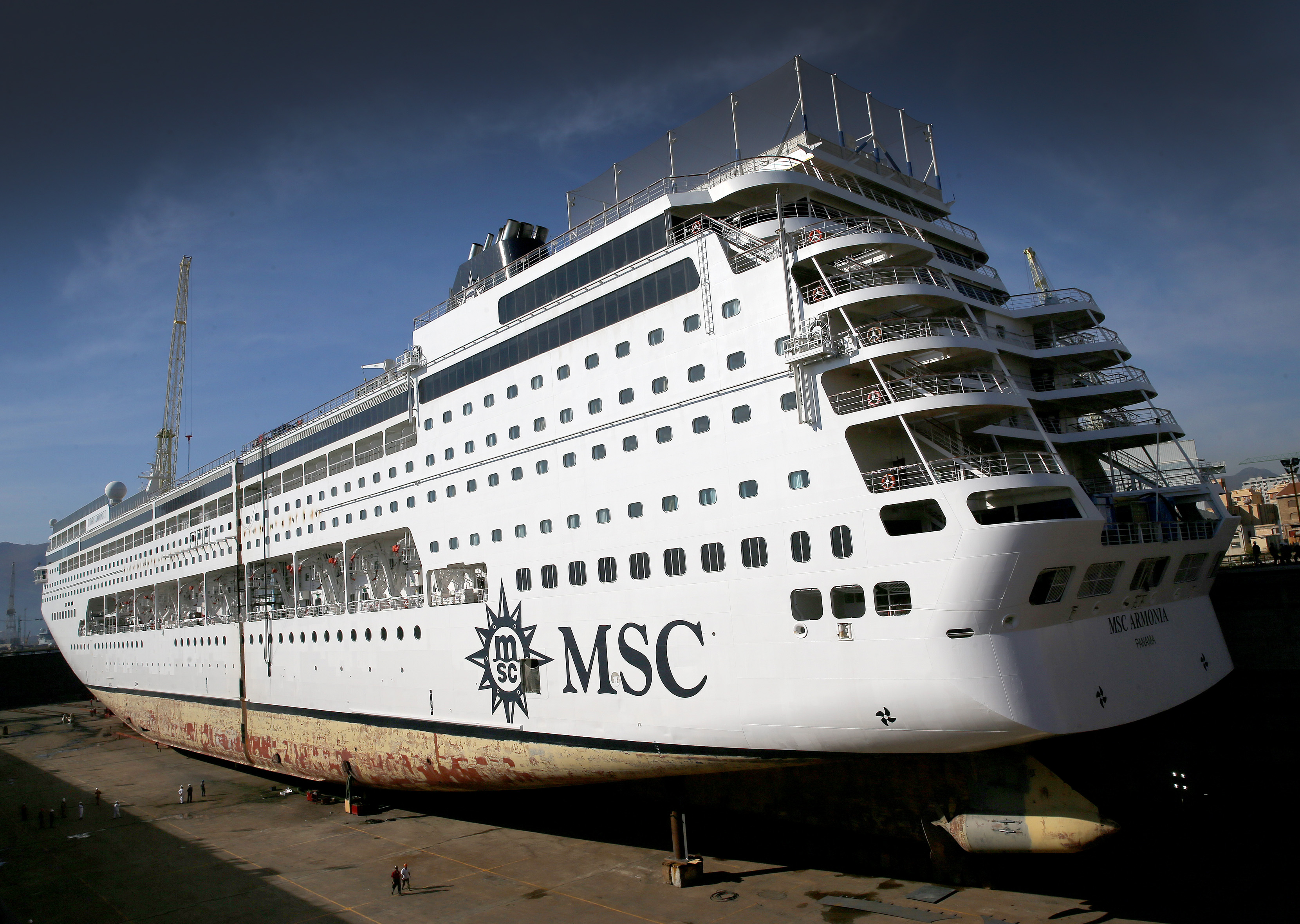 Msc armonia cut in two msc cruises renaissance project for Immagini msc