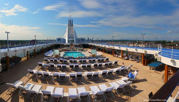Seven-Seas-Voyager-Pool-Deck